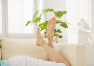 寝転ぶ女性の足